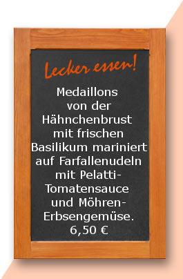 Mittagstisch: Medaillons von der Hähnchenbrust mit frischen Basilikum mariniert auf Farfallenudeln mit Pelatti-Tomatensauce und Möhren-Erbsengemüse.