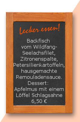 Mittagstisch: Backfisch vom Wildfang-Seelachsfilet, Zitronenspalte, Petersilienkartoffeln, hausgemachte Remouladensauce. Dessert: Apfelmus mit einem Löffel Schlagsahne