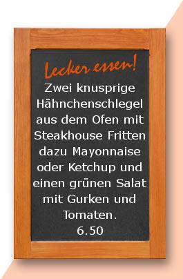 Mittagtisch: Zwei knusprige Hähnchenschlegel aus dem Ofen mit Steakhouse Fritten dazu Mayonnaise oder Ketchup und einen grünen Salat mit Gurken und Tomaten.