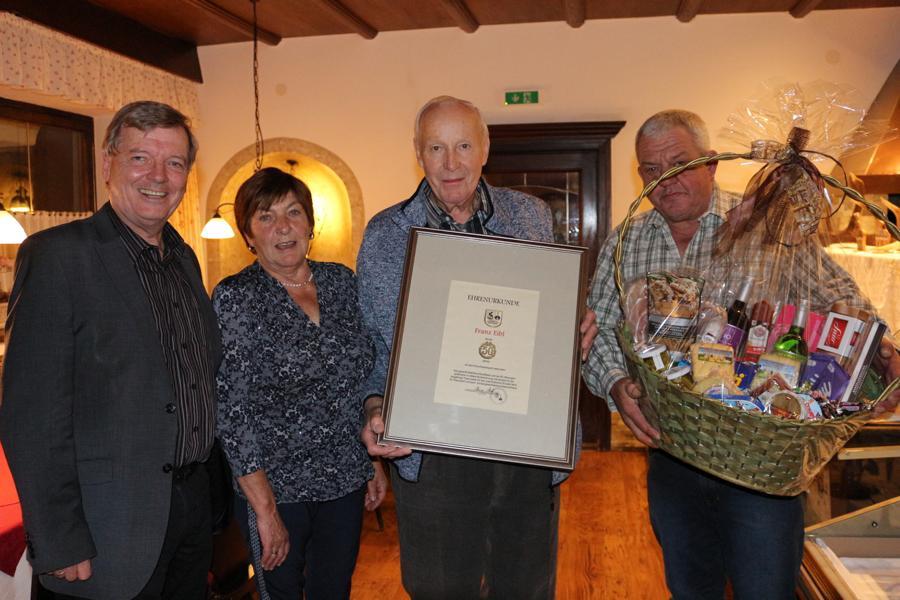 vlnr.: Bgm. Hans Schweigkofler, Kassierin Irmi Aschaber, der Jubilar Franz Eibl und Obmann Franz Singer