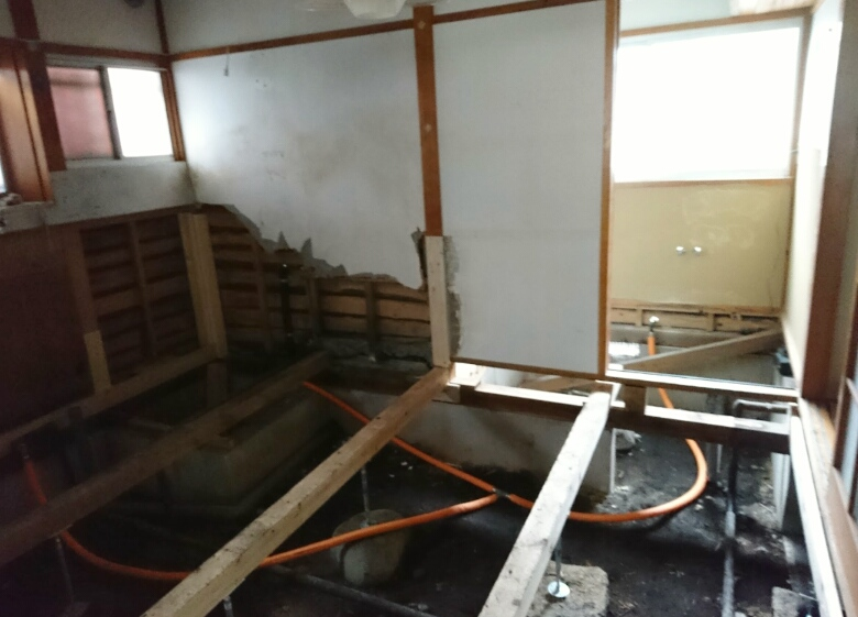 リフォーム中の様子。台所の床板を剥がし洗面所の部分も床下をチェックしながら作業しています②