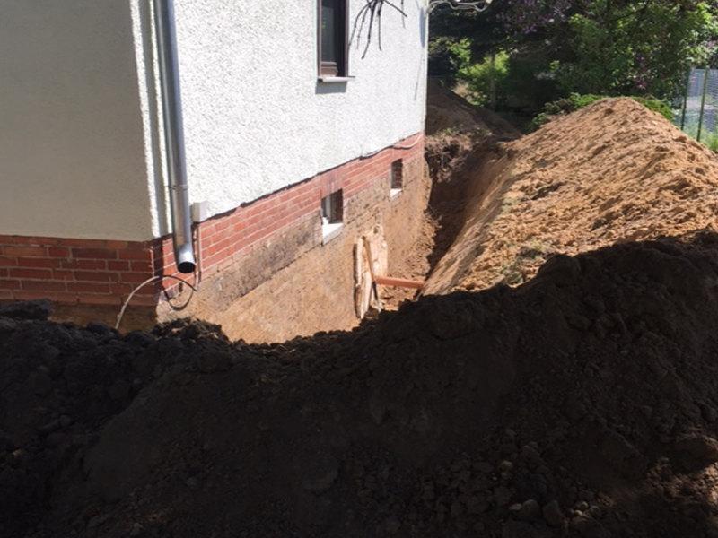 Ein Schacht gebuddelt um bis an den Anfang der Fassade zu kommen um Sie vor Nässe zu schützen.  Ihr 3B Denkmalpflege & Bausanierung GmbH Team.