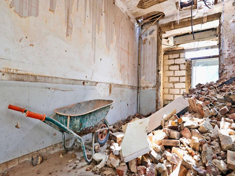 Ein Foto was während der Abbrissarbeiten der 3B Denkmalpflege & Bausanierung GmbH eines Wohngebäudes entstanden ist.