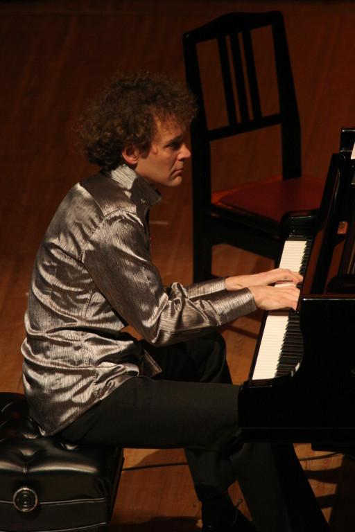 ピアノはポーランド出身のミハウ・ソブコヴィアクさん
