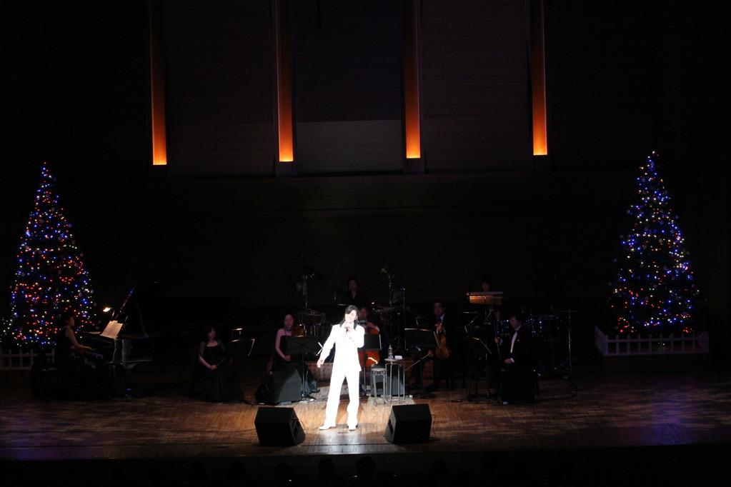 アンコールではX'masコンサートのラストに相応しい壮大な「O Holy Night」を熱唱!