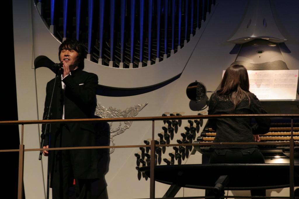 パイプオルガンと共にヘンデル作曲「パリネルリ」を披露されるグァヌさん