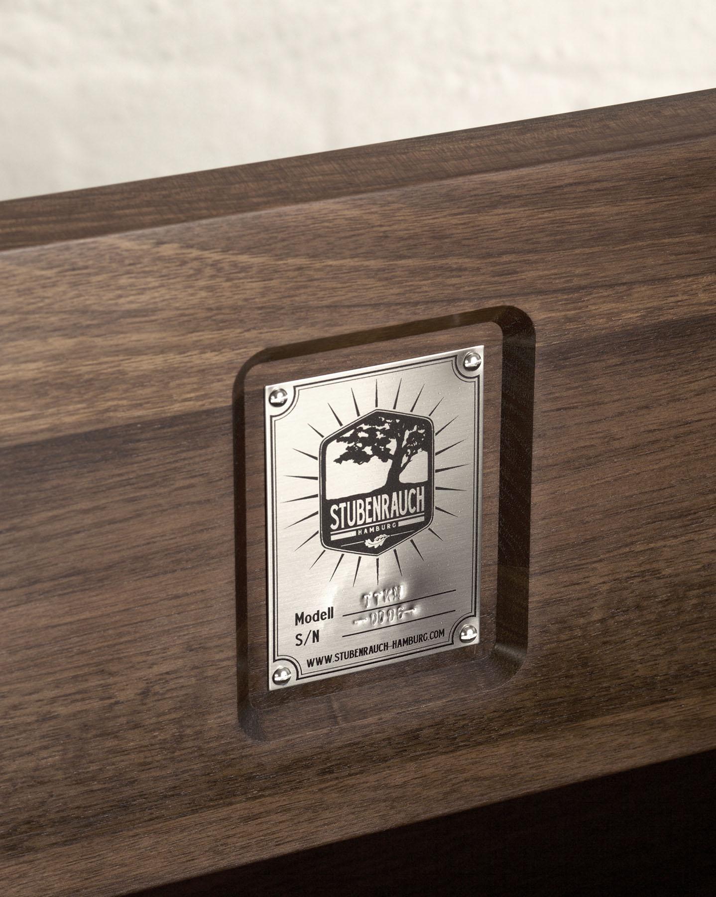 Jeder Schreibtisch hat in der Klappe eine Plakette mit individueller Seriennummer eingraviert