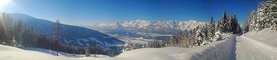 Blick auf das verschneite Karwendelgebirge