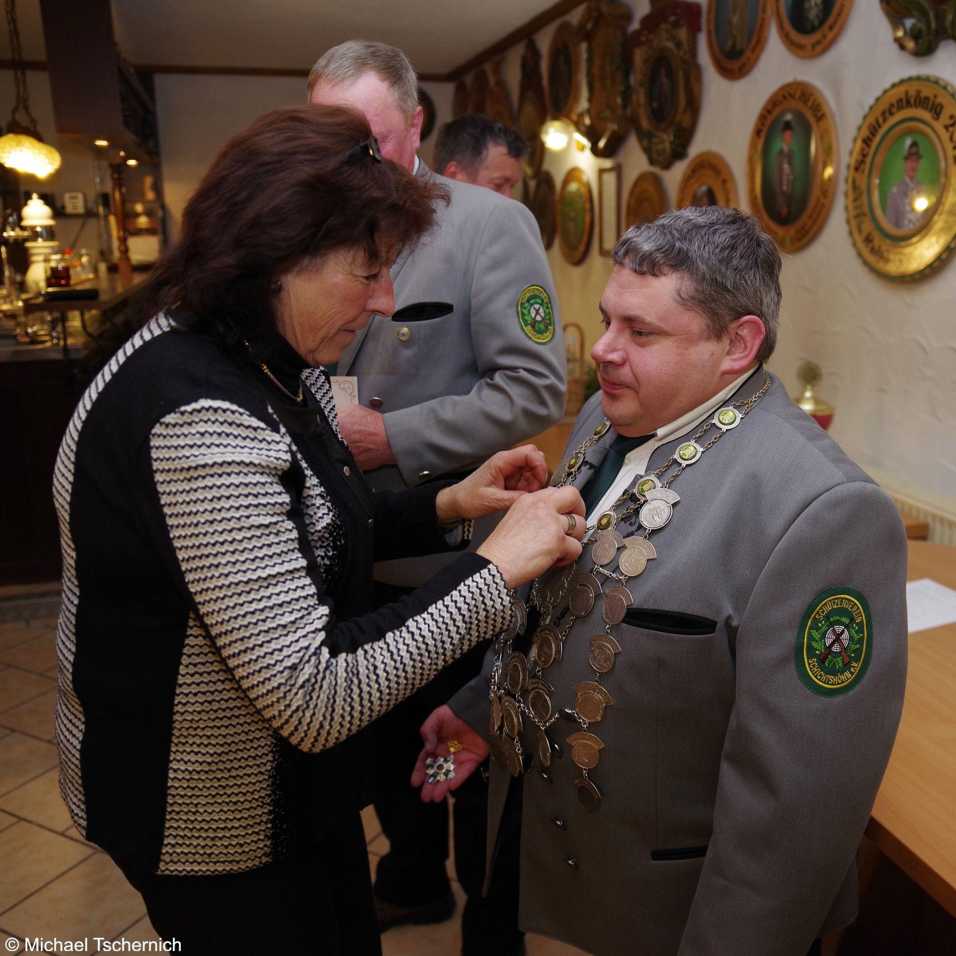 Übergabe der Schützenkette an Rene Schneider, stellvertretend für seinen Bruder Markus Schneider