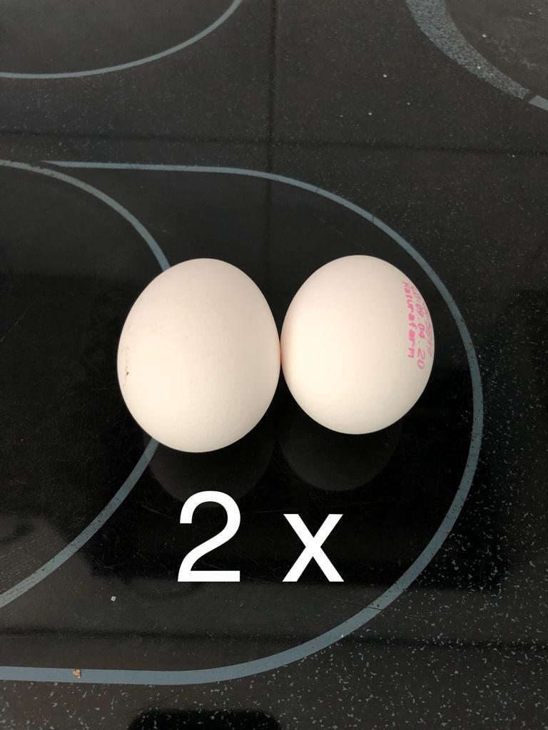 Dann gibst du 2 Eier dazu. Mit dem Mixer ver-rühren.