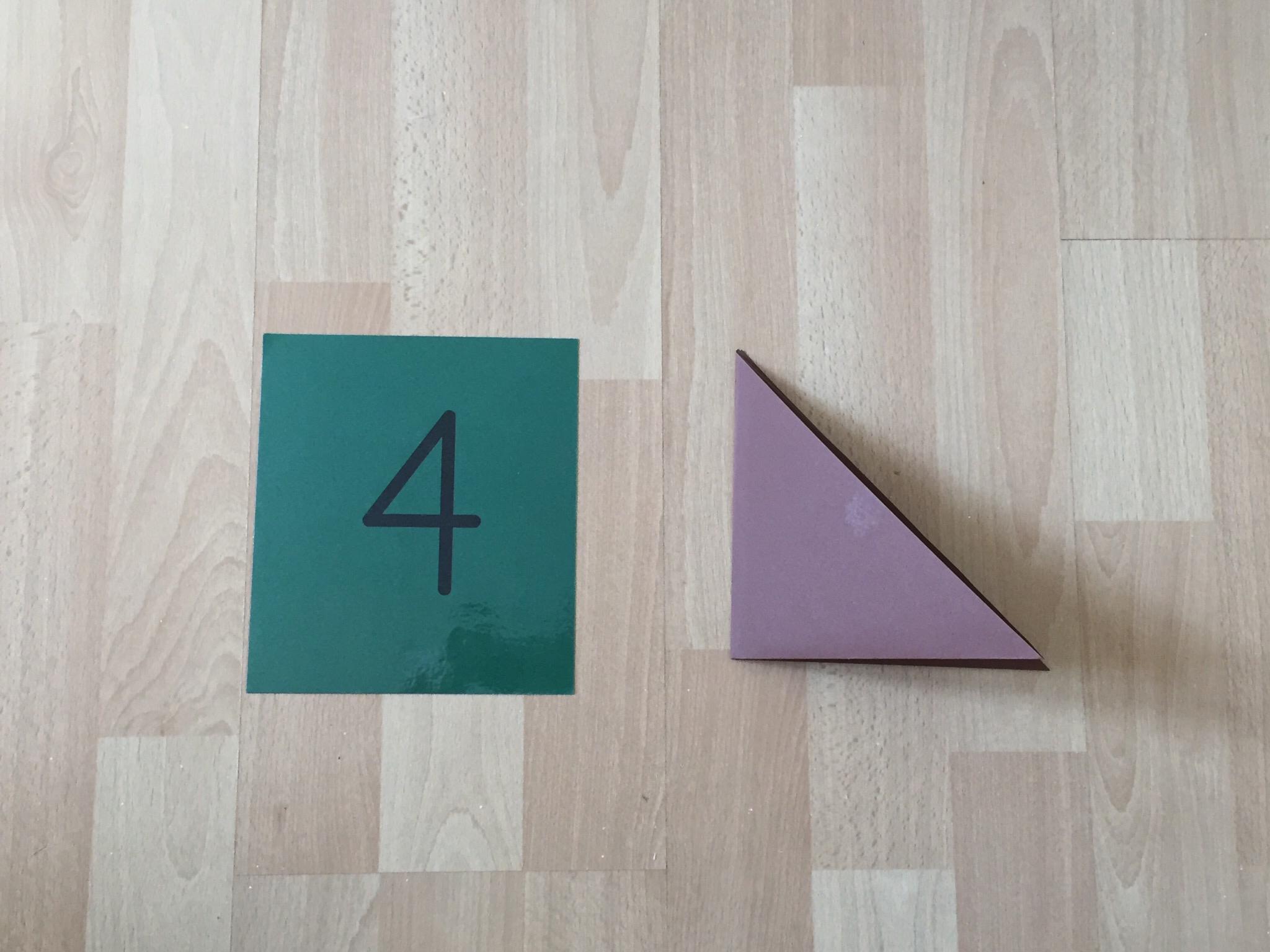 Falte dein grosses Dreieck nochmals zu einem kleineren Dreieck.