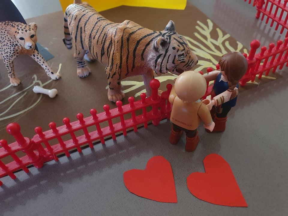 Der Tiger wartete jede Woche ungeduldig auf das Wochen Ende. Er freute sich auf den Besuch der Kinder.