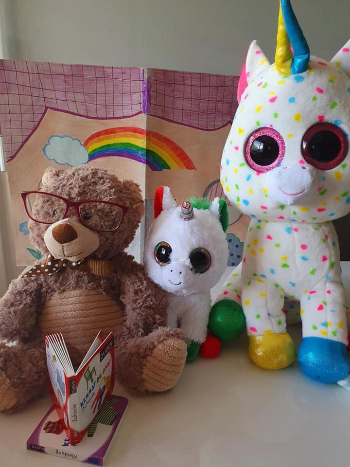 Der alte Bär wurde schnell gesund. Er zog zur Einhorn-Familie. Jeden Abend las er aus seinen Büchern vor. So lebten si glücklich zusammen bis an ihr Lebens-Ende.