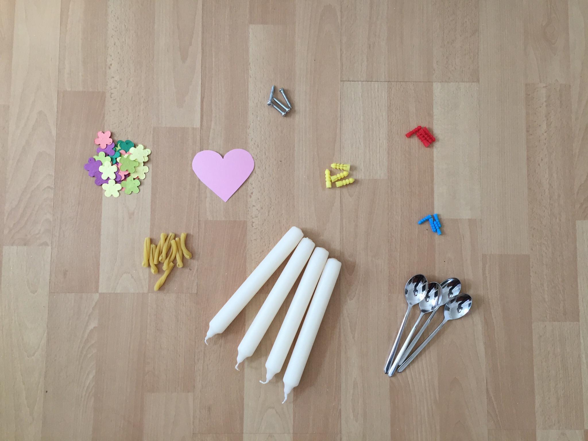 Suche in deiner Wohnung verschiedene Dinge, mit welchen du ein Mandala legen kannst.