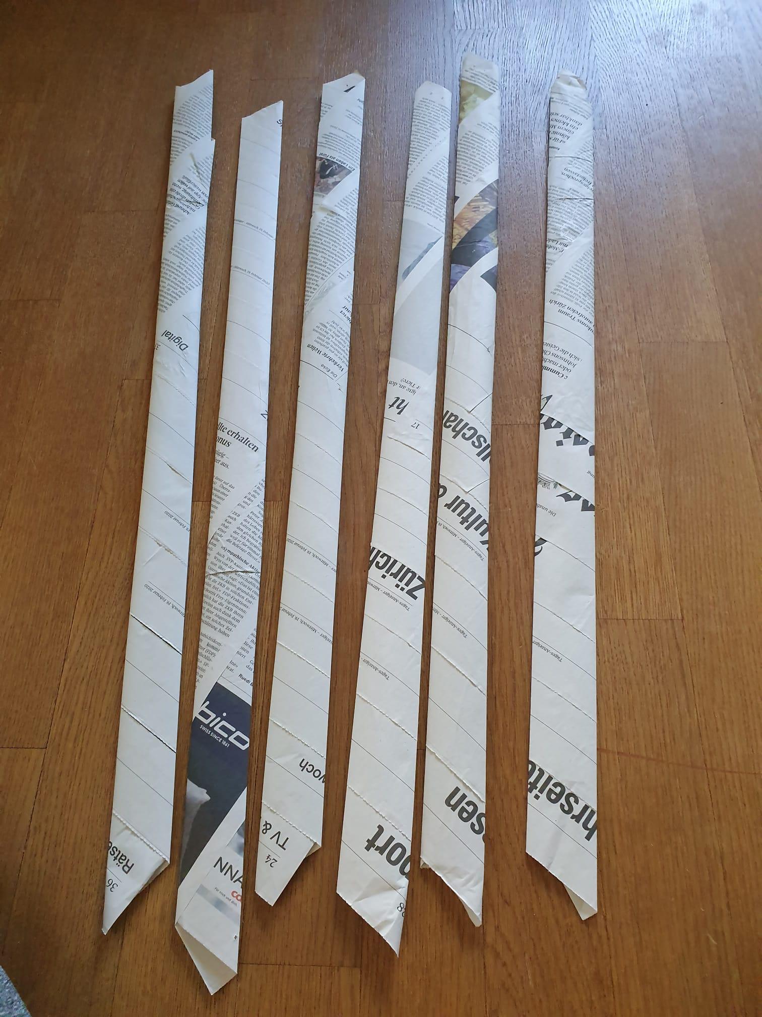 Wenn du eine grosse Schale willst, musst du ganz viele Zeitungs-Blätter aufrollen. Diese Schale ist aus 6 Blättern gemacht.