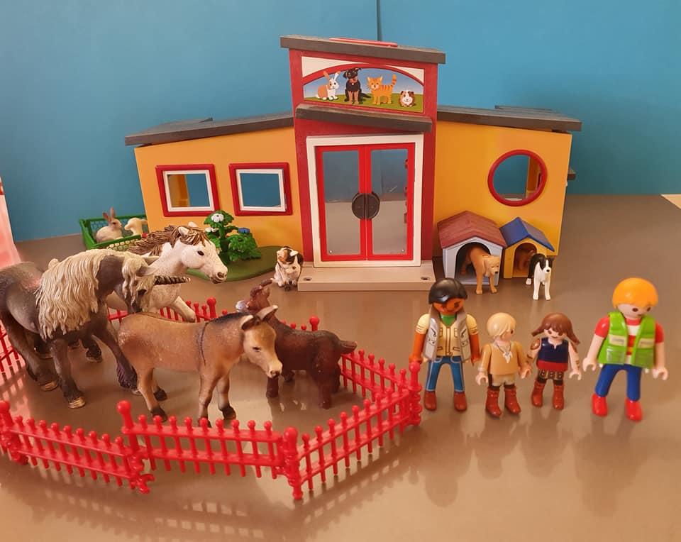 Es war einmal eine Familie. Mutter, Vater, zwei Kinder. Sie lebten auf einem Bauern Hof. Sie liebten Tiere über alles. Darum gingen sie jedes Wochen Ende in den Zoo.
