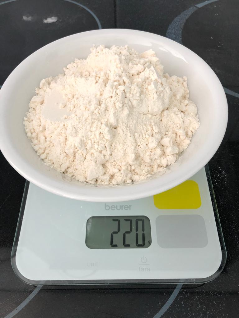 Dann wiegst du 220 Gramm Mehl ab.