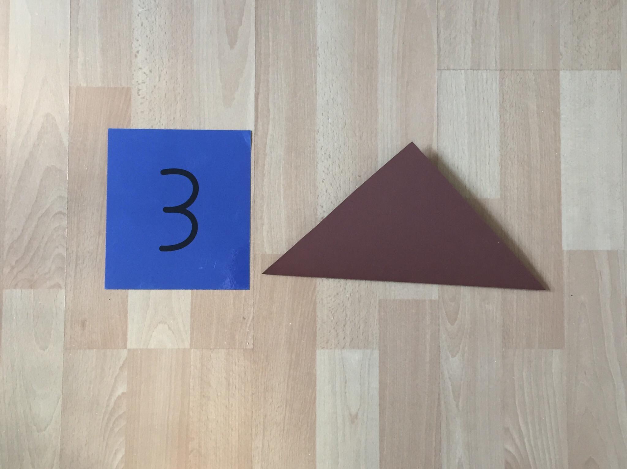 Jetzt hast du ein Quadrat, welches zu einem Dreieck gefaltet wird.