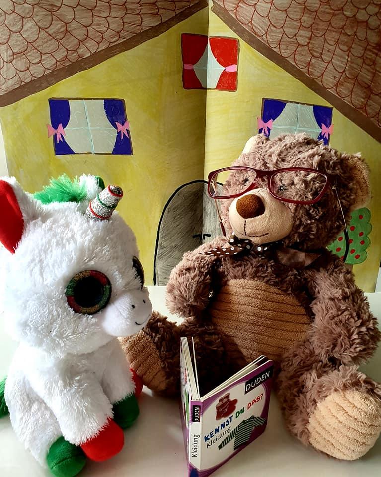 Das kleine Einhorn besuchte den Bär jeden Tag. Er las ihm seine Lieblings-Bücher vor.