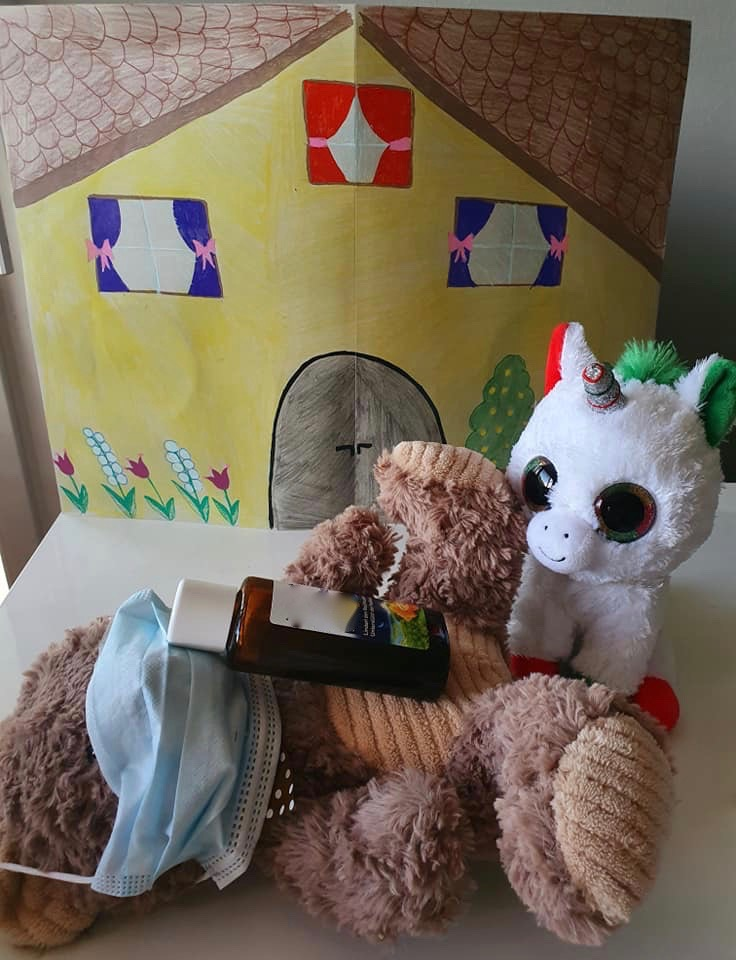 Das kleine Einhorn pflegte den Bär mit viel Liebe. Es dachte, der Bär kann ja mit ihm und seiner Mutter zusammen leben. Dann ist er nicht mehr so einsam.