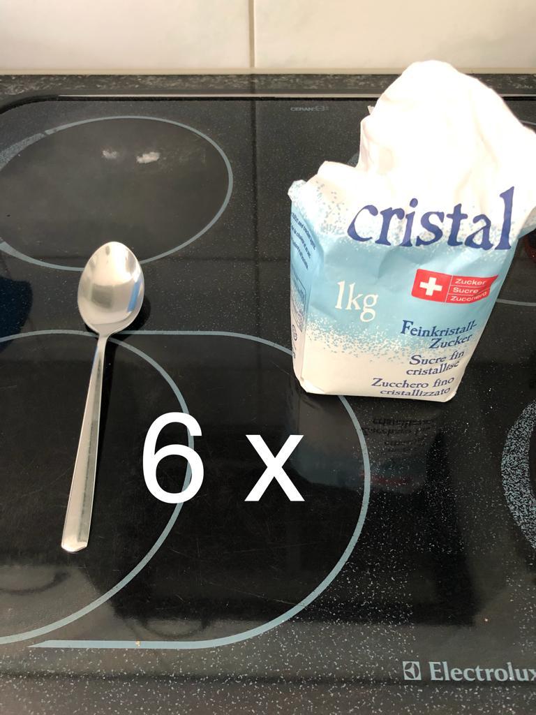 Dann nimmst du 6 Ess-Löffel Zucker.