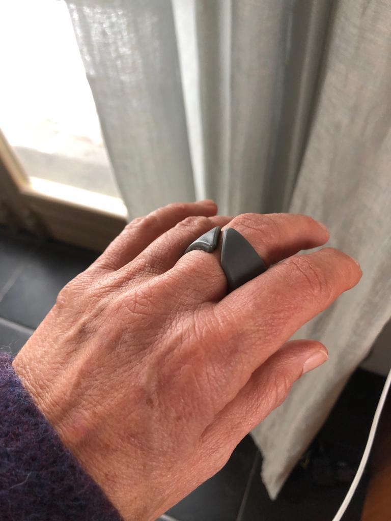 Clicino getragen am Mittelfinger