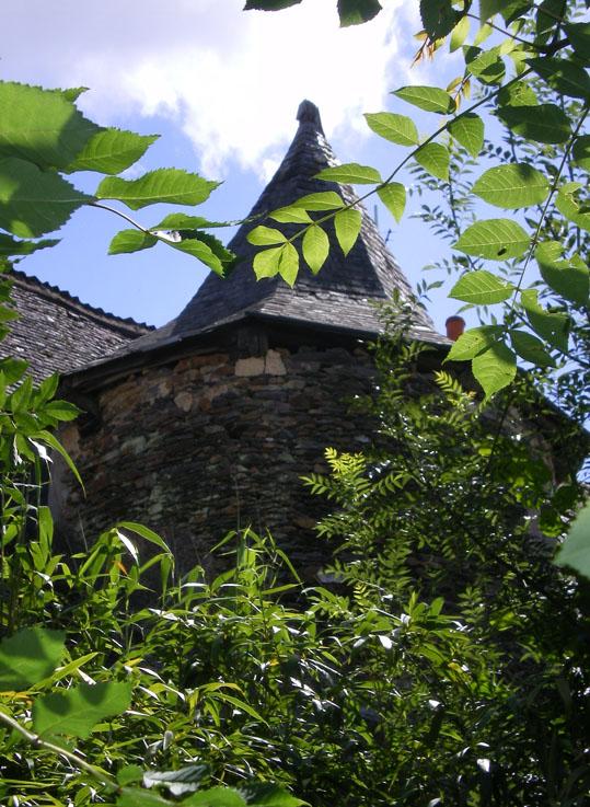 Tour-escalier intérieur, toiture à six pans