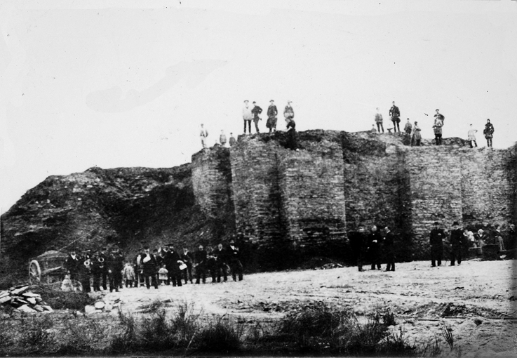 La démolition de 1884 du donjon du château de La Gacilly construit vers le 12e-13e siècle.