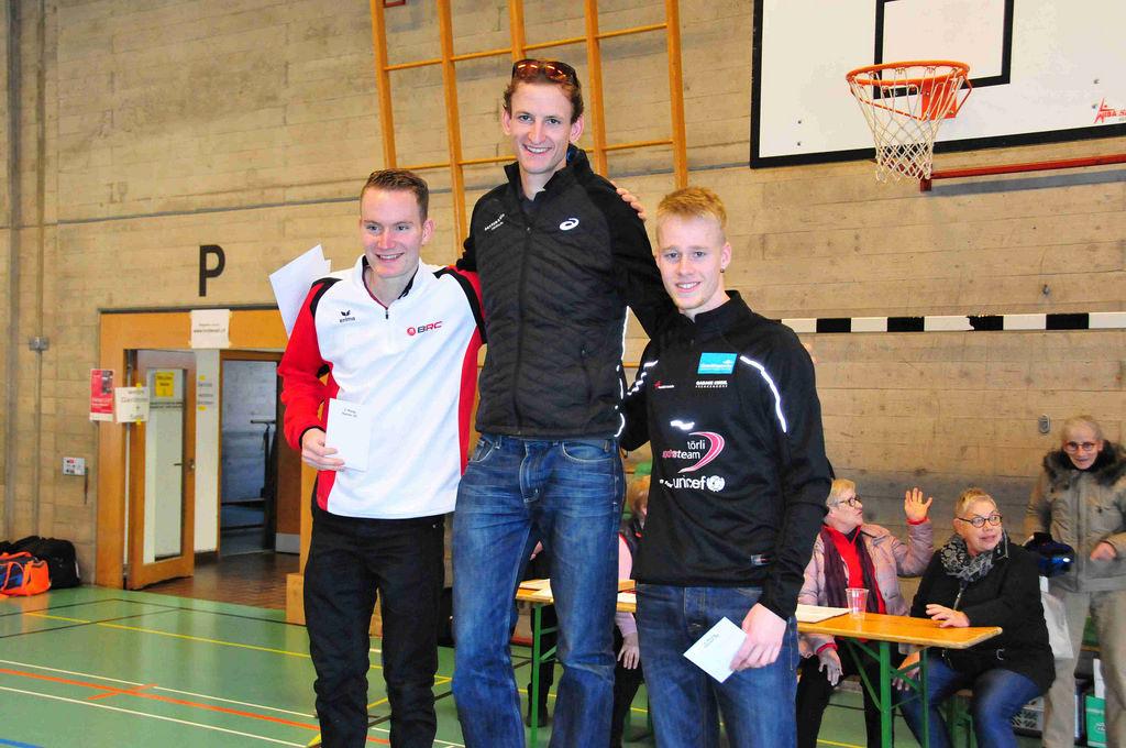 Glückliche Sieger in der Kategorie M20-29. Von links nach rechts: Meine Wenigkeit, Jonathan Schmid, Ramon Schnyder. Im Hintergrund: Unbekannter Fanclub am Fachsimpeln (Foto: Leimentaler Lauf)