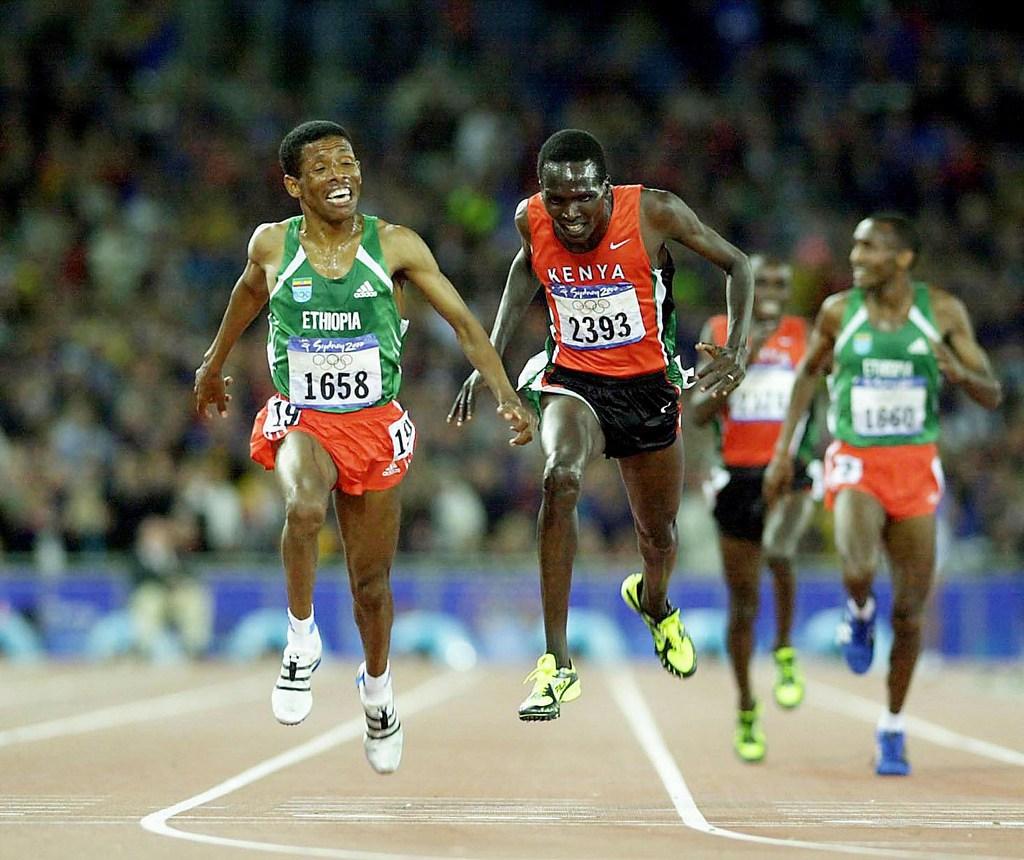 Haile Gebrselassie (links) siegt über 10'000m an der Olympiade in Sydney im  Jahre 2000