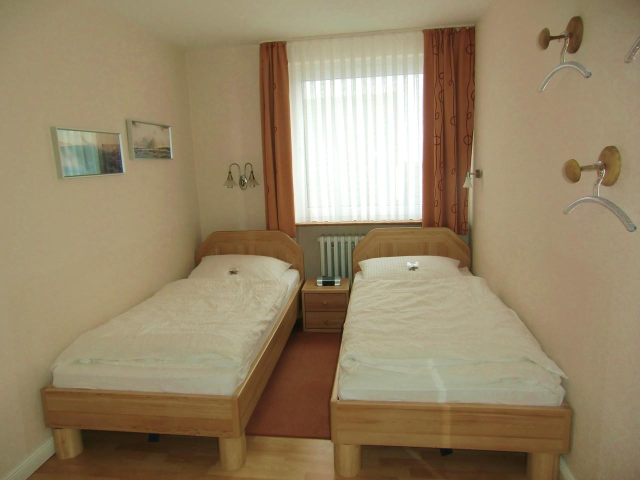 Delightful Schlafzimmer Radiowecker #8: Mit Radiowecker. Das Schlafzimmer Ist Mit Zwei Einzelbetten Ausgestattet,  Nach Wunsch Aber Auch Gerne Als Doppelbett Buchbar.