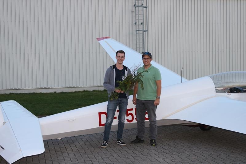 Johannes mit Fluglehrer Mark - herzlichen Glückwunsch!