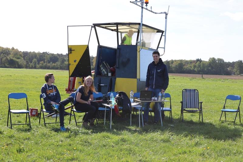 Floris, Kathi und Pascal vor unserem Startwagen