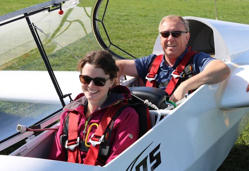 Schülerin Saskia mit Fluglehrer Holger