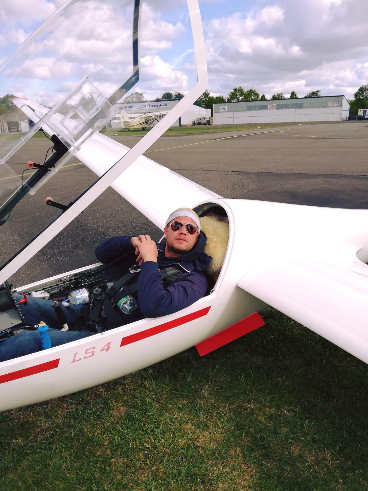 Mathias wartet auf das Schleppflugzeug