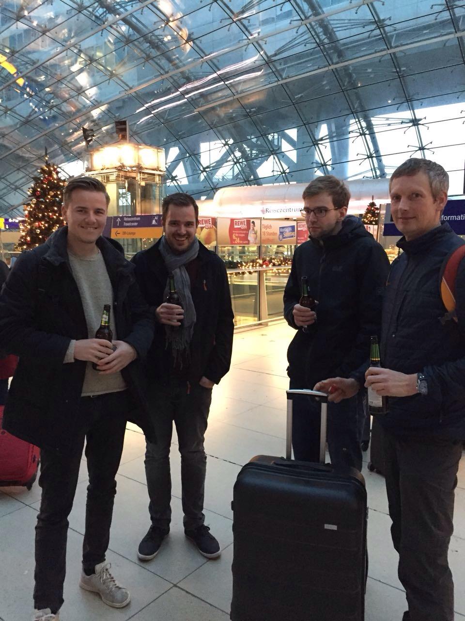 Frankfurt Flughafen - v.l. Fabian, Max, Mark und Bernd (Foto: Bernd Mensing)