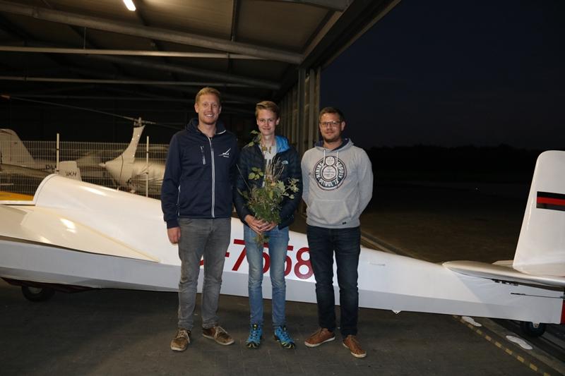 Fluglehrer Michi und Mathias mit Schüler Floris