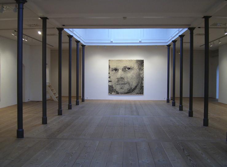 """Ausstellungsansicht """"Close up"""", Art Centre Silkeborg Bad, Dänemark, """"Selbstbildnis"""", Linolschnitt auf Leinwand, 240 x 240 cm (12teilig)"""