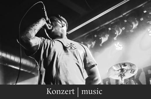 Konzert music - Konzertfotigrafie eines Metal Sängers mit Mikrofon