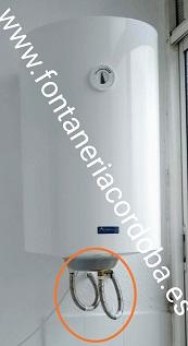 Latiguillos de conexión de agua del termo electrico, para vaciarlo debemos desmontarlos