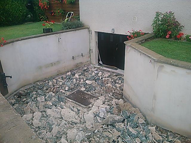Démontage descente de sous-sol en béton et évacuation des gravats