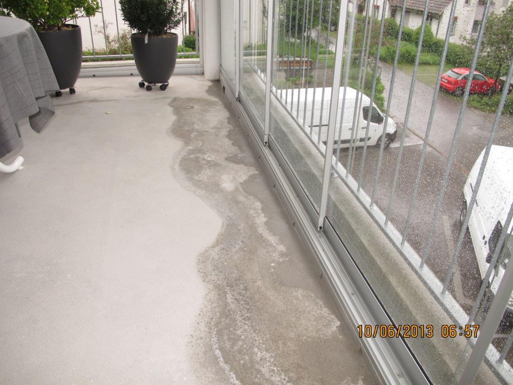 Bauschaden Wasserflecken auf Balkonboden