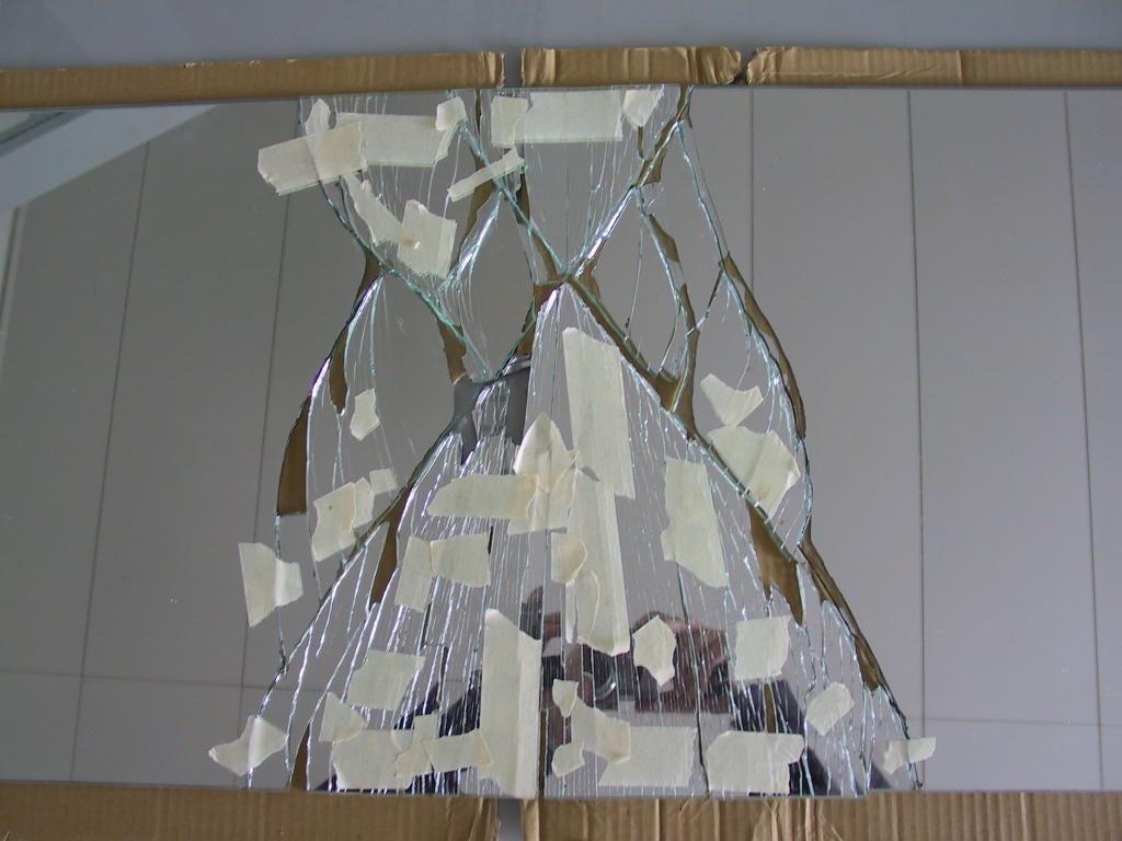 Glasbruch Spiegel Bruch beim Auspacken