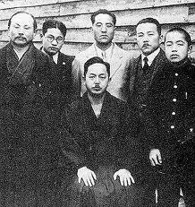 Mabuni zittend, Funagoshi links