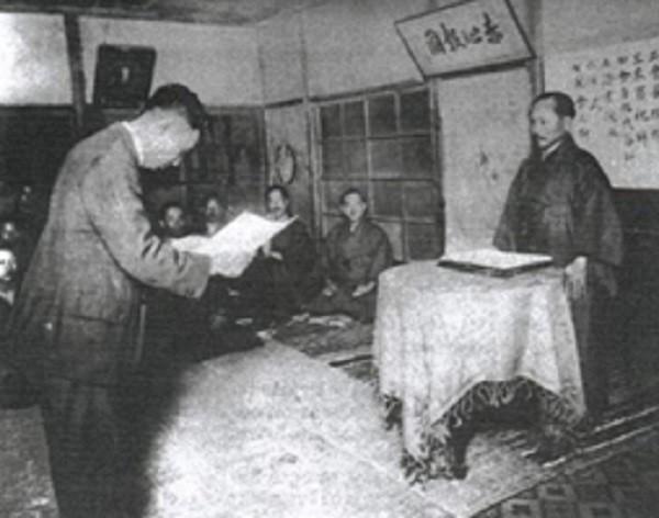Otsuka ontvangt uit handen van Funagoshi zijn Shodan. 1924