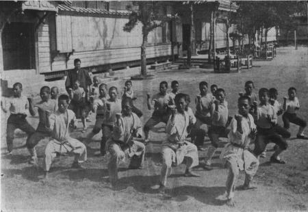 Miyagi traint hier een klas de kata 'Saifa', 1929.