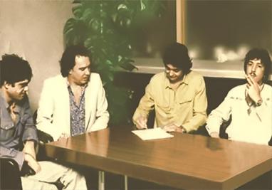 Los Chichos firmando renovación de contrato  1982 (archivos de Philips)