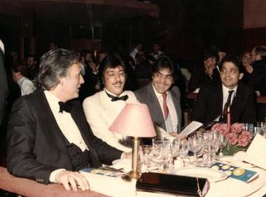 Otra instantanea Los Chichos y El diputado Juan de Dios  Heredia Raminez en la Sala Boheme 1986, celebrando recogida de numerosos premios