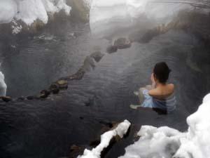 厳冬期でも熱い位の川沿いの100%温泉源泉かけ流しです。