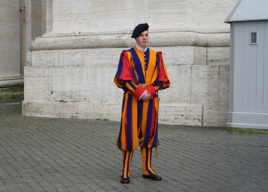 Schweizer Gardist vor dem Petersdom